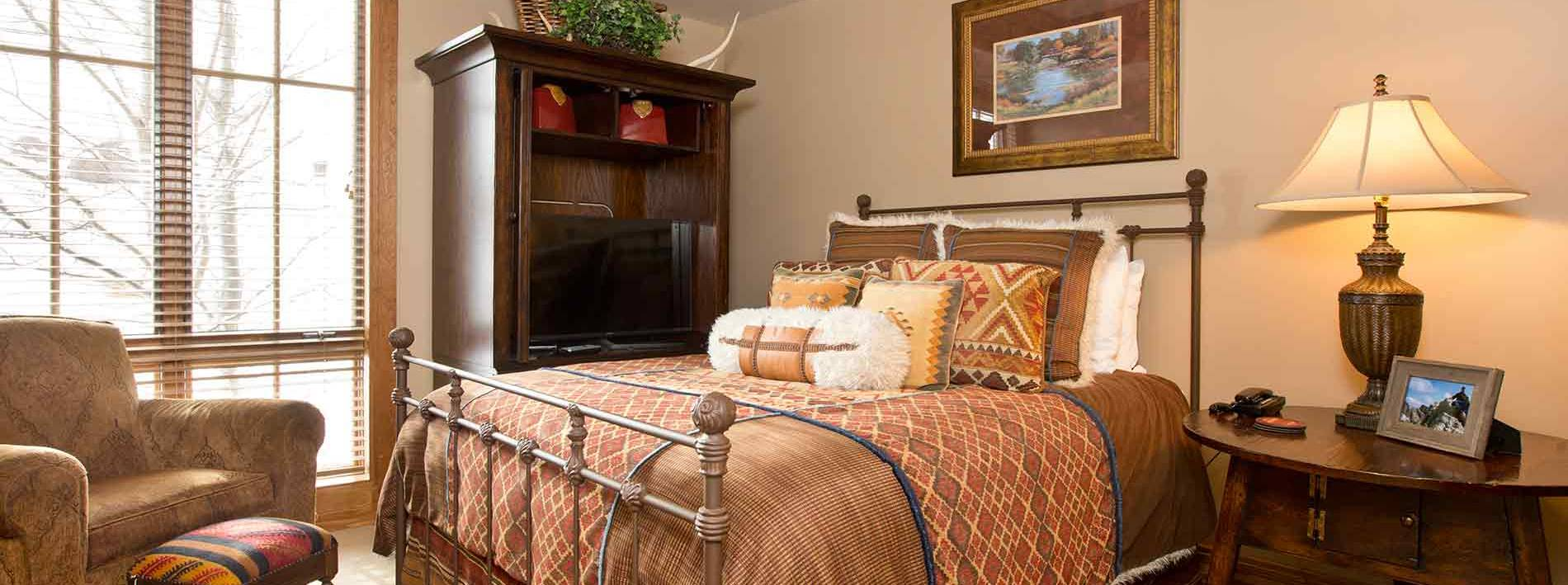 King size bedroom the the Buffalo private home rental